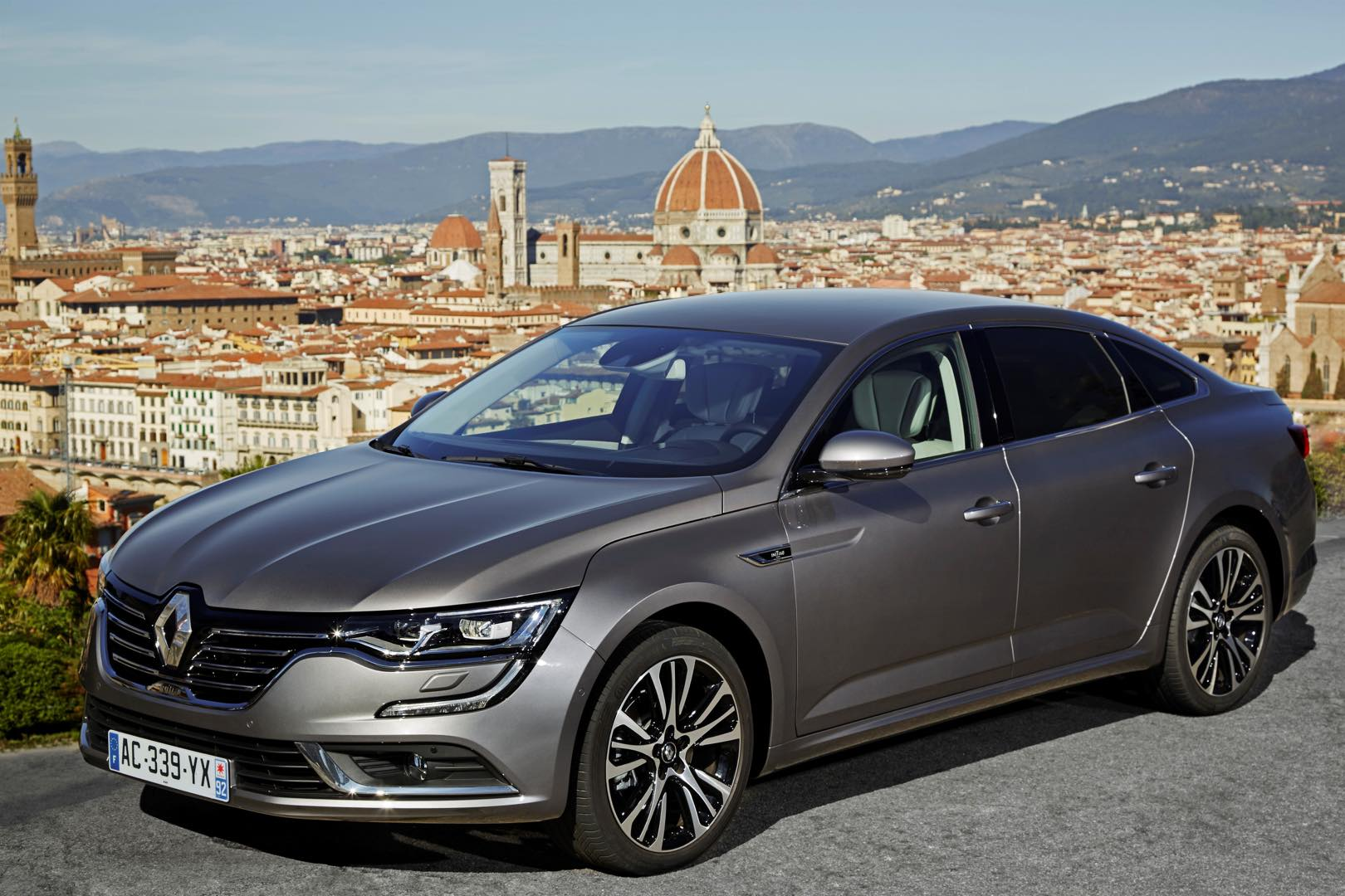 renault talisman travelling with higher class grand magazine. Black Bedroom Furniture Sets. Home Design Ideas
